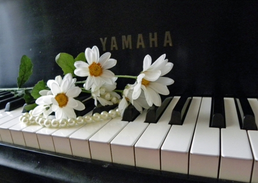 piano with pearls and daisies