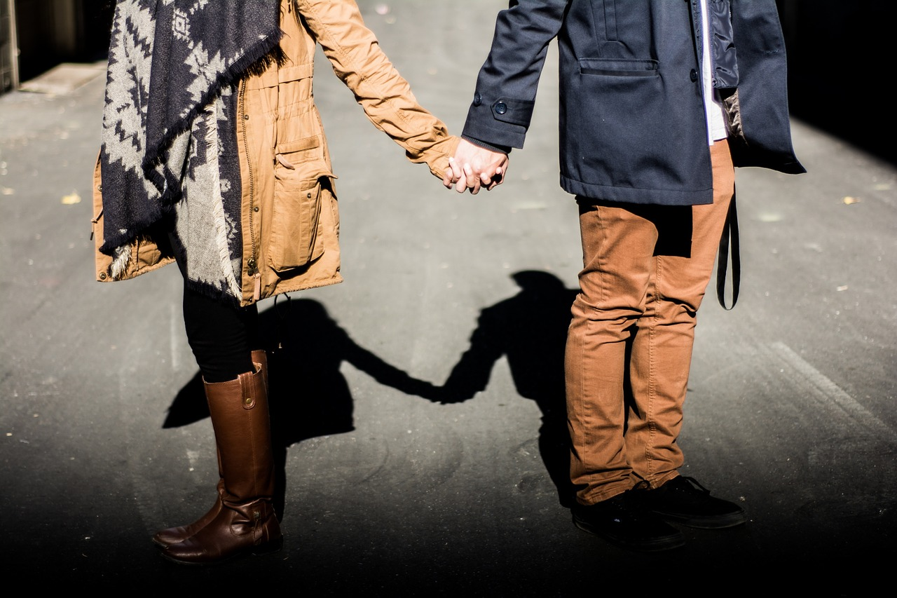 holding-hands-1031665_1280
